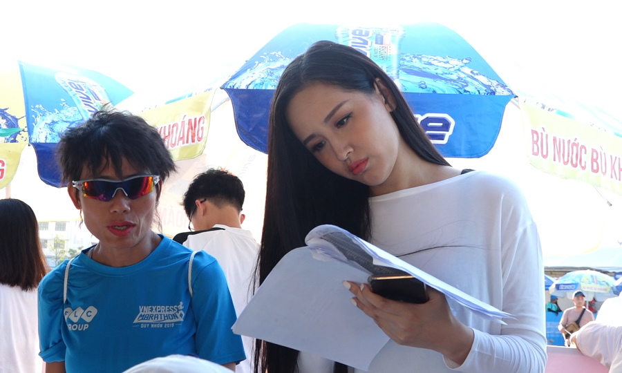 Hoa hậu Mai Phương Thúy đăng kí nhận bib tại Vnexpress Marathon