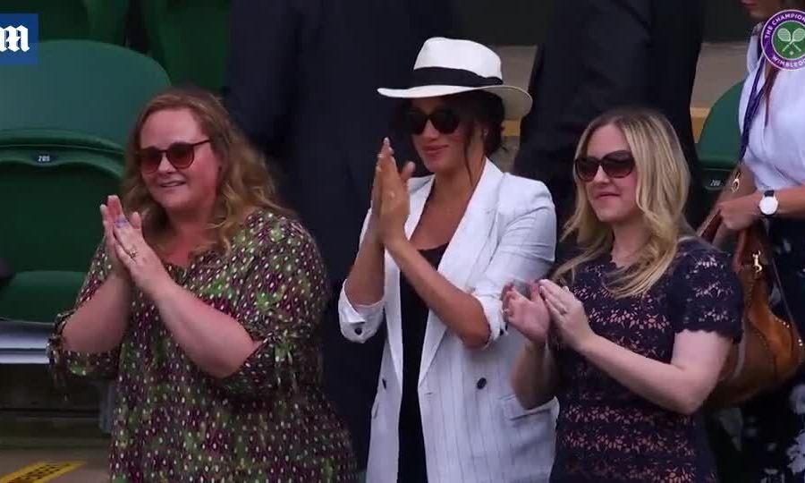 Meghan vỗ tay chúc mừng Serena Williams chiến thắng một trận đấu ở Wimbledon
