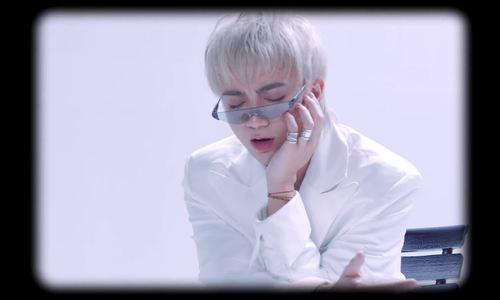 Soobin Hoàng Sơn trang điểm đậm trong MV