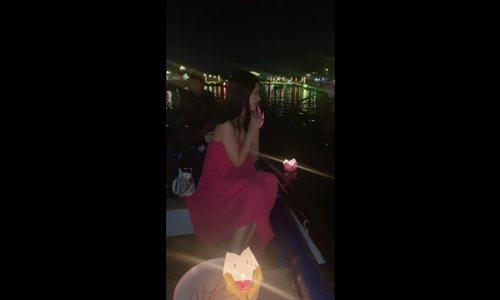 Jolie Nguyễn thả đèn trên sông Hoài