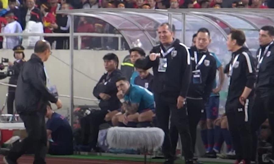 Ông Park đôi co với trợ lý tuyển Thái khi bị khiêu khích