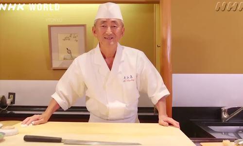Đầu bếp Yosuke Imada biểu diễn làm sushi