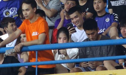 Bạn gái cũ Quang Hải thân mật bên cầu thủ Viettel
