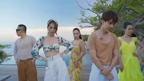 Ngọc Trinh cùng hội bạn thân 'quẩy' trong resort 6 sao