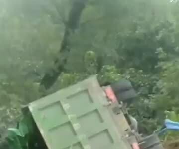 8 người chết vì đi nhặt tỏi rơi trên đường
