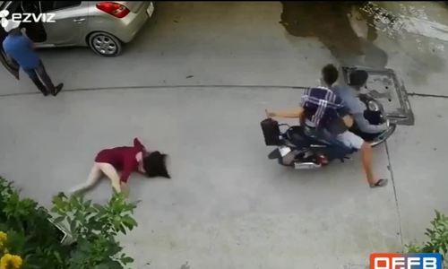 Cô gái bị cướp túi xách, ngã đập mặt xuống đường