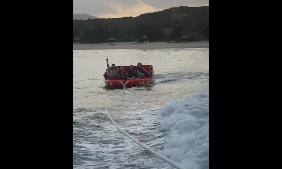Khánh Linh vật vã bám vào thuyền phao