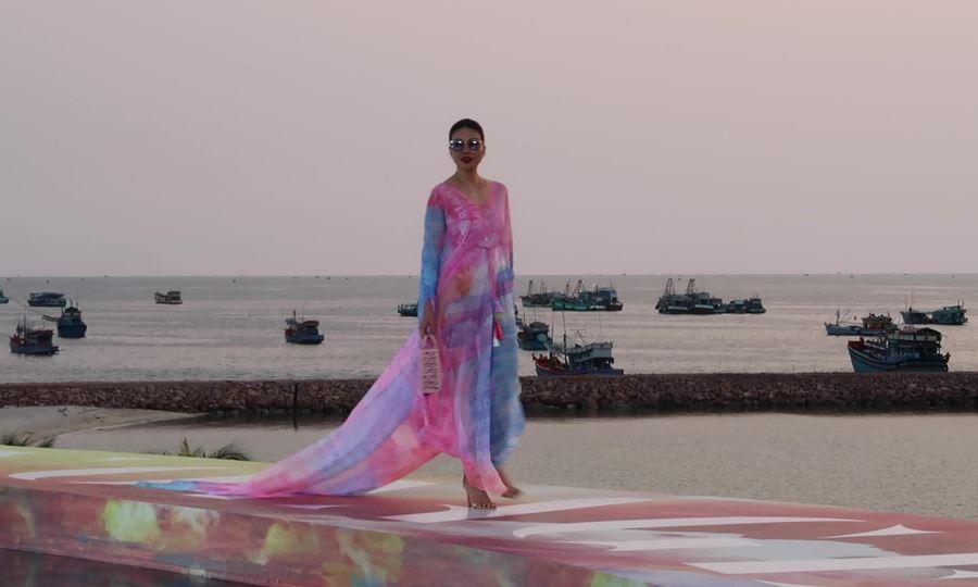 Thanh Hằng catwalk giữa hoàng hôn Phú Quốc