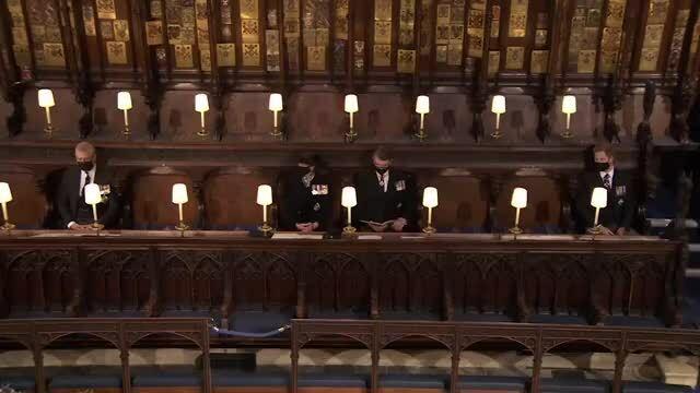Harry và William ngồi đối diện trong nhà nguyện