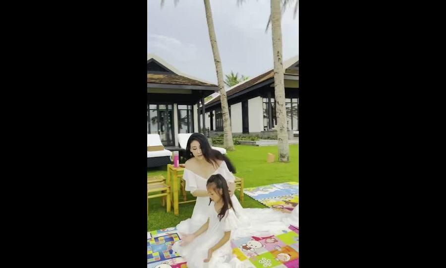 Mẹ con Hà Kiều Anh vui đùa trên bãi cỏ
