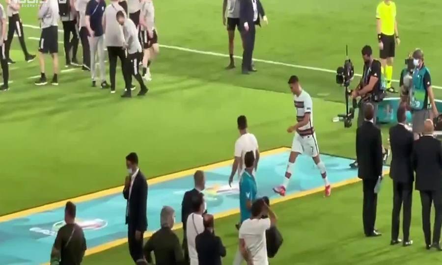 C. Ronaldo ném băng đội trưởng Bồ Đào Nha