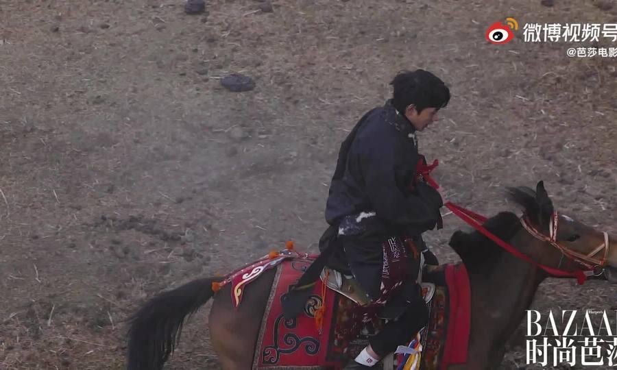 Đinh Chân cưỡi ngựa trong buổi chụp hình