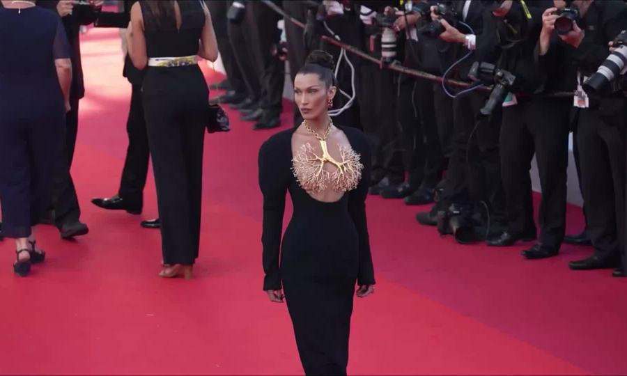 Bella Hadid diện đầm Schiaparelli trên thảm đỏ Cannes 2021