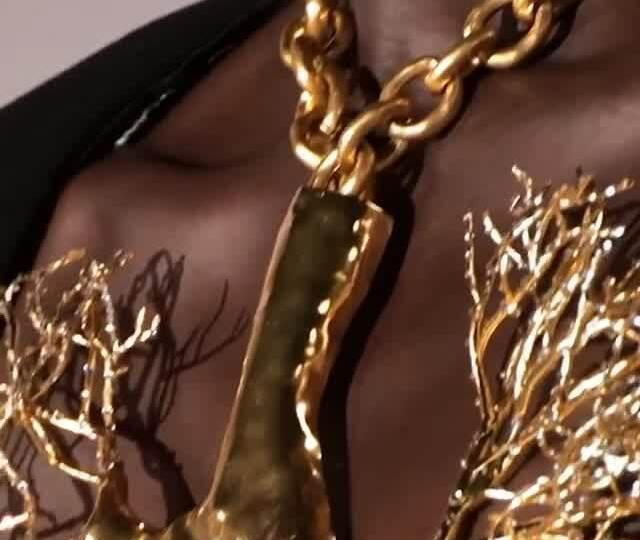 Cận cảnh chiếc vòng cổ Schiaparelli