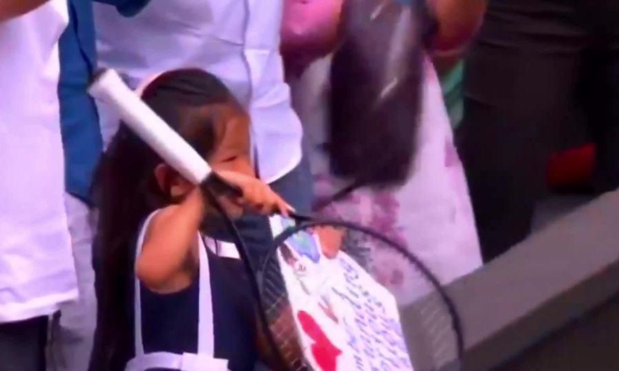 Djokovic tặng vợt cho fan nhí gốc Á