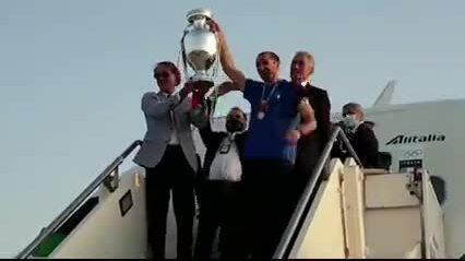 Tuyển Italy trở về quê nhà sau đăng quang
