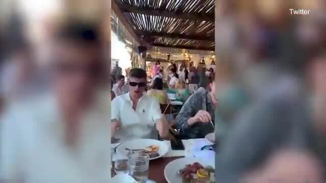 Kyle Walker và các đồng đội hát trong kỳ nghỉ ở Mykonos