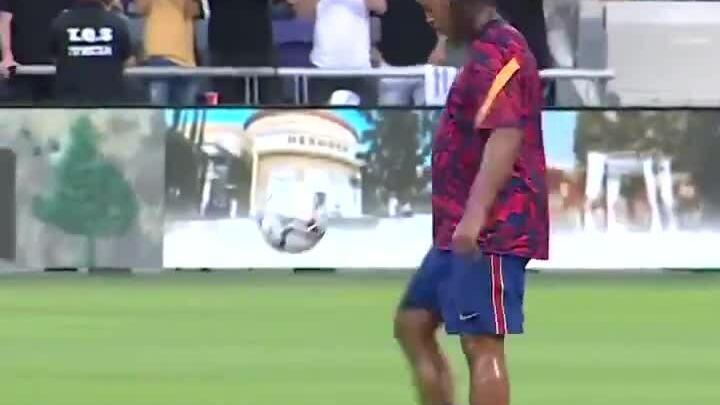 Ronaldinho tâng bóng khởi động cho trận đấu