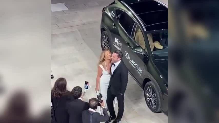 Jennifer Lopez và Ben Affleck trên thảm đỏ Venice