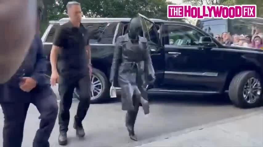 Kim Kardashian và gia đình gây náo loạn góc phố New York