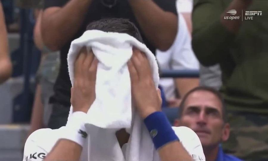 Djokovic khóc ở cuối set ba