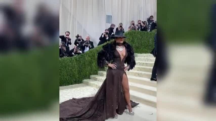 Jennifer Lopez quyến rũ trên thảm đỏ Met Gala