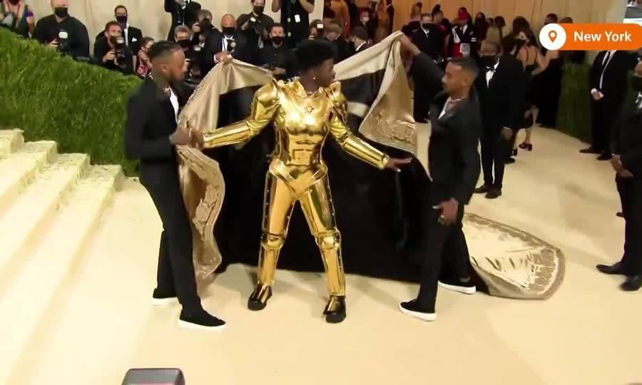 "Lil Nas X ""lột đồ"" ở Met Gala"