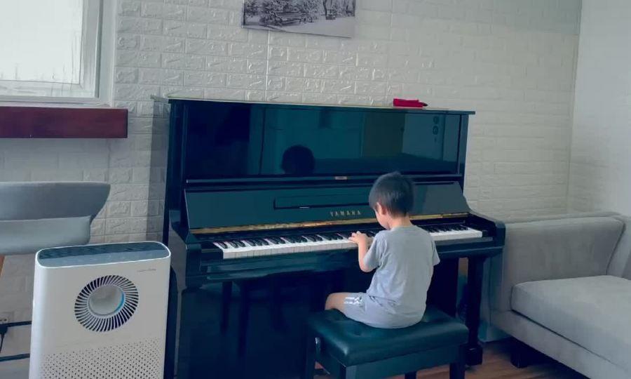 Con trai Lâm Hùng chơi đàn