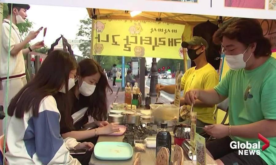 Lều kẹo 'Squid Game' nườm nượp khách ở Seoul