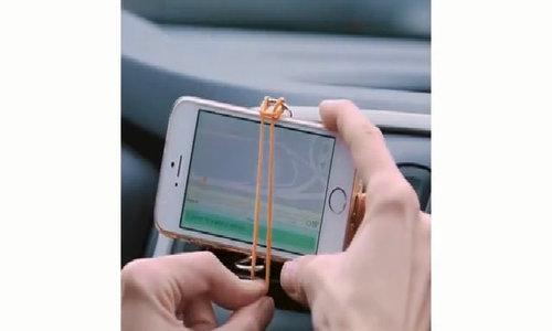 Làm giá treo điện thoại trên ôtô bằng kẹp và dây thun