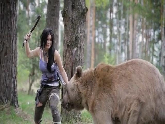 Nữ game thủ chụp ảnh cùng gấu Nga