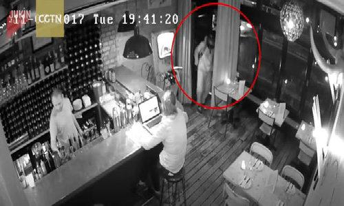 Cô gái dũng cảm giành giật laptop với tên cướp