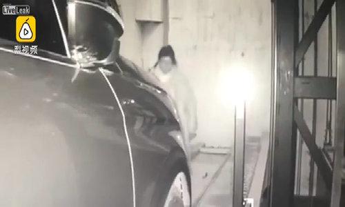 Bị cuốn vào tầng hầm giữ xe và bị xe tông vì mải nhìn điện thoại