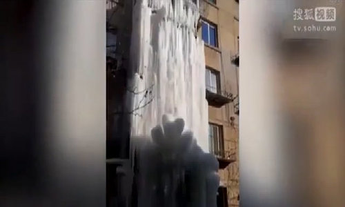 Chung cư biến thành thác băng