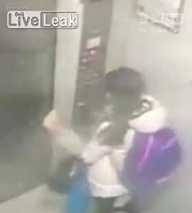 Bé gái bị sàm sỡ trong thang máy