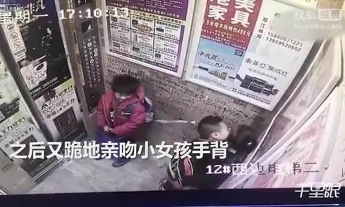 Bé trai cưỡng hôn bé gái trong thang máy