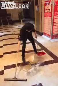 Màn thể hiện kỹ năng lau sàn nhà
