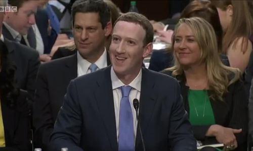 Mark Zuckerberg tỏ ra lúng túng