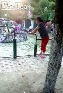 Động tác tập thể dục kỳ lạ của người phụ nữ
