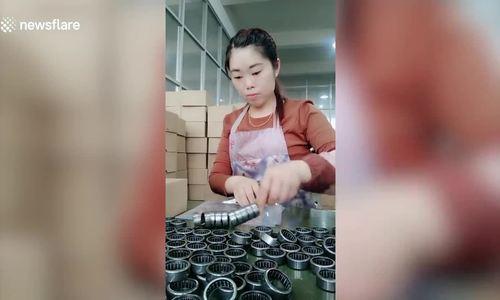 Nữ công nhân xâu vòng bi
