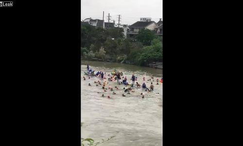 Hàng chục người gặp nạn vì thuyền rồng lật