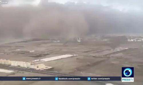Máy bay vừa kịp hạ cánh trong cơn bão cát