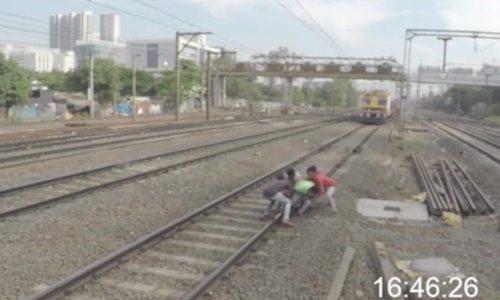 Cứu bạn bị kẹt đường ray thoát chết trong tích tắc