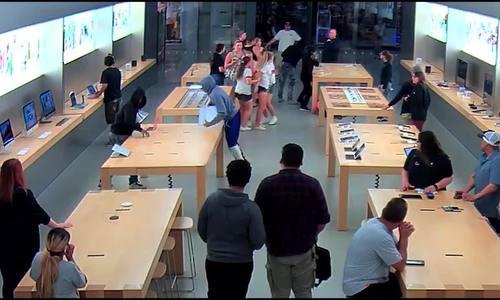 Bốn tên cướp lao vào Apple Store lấy đi nhiều iPhone, MacBook