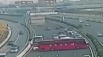 Xe bus lùi và chạy ngược chiều trên cao tốc
