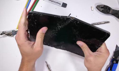 iPad Pro dễ bị bẻ cong và gãy