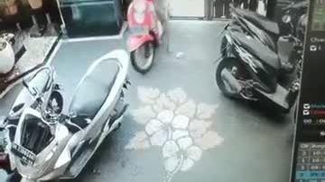 Video cô gái dùng tiểu xảo gắp thú bông gây tranh cãi tuần qua - ảnh 7