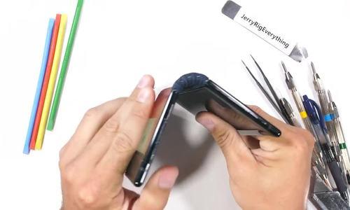 'Tra tấn' smartphone gập đầu tiên trên thế giới để thử độ bền