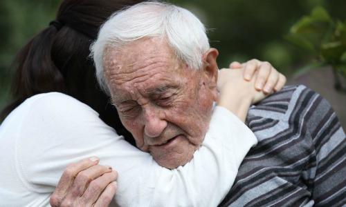 Tiến sĩ 104 tuổi hai lần mở van thuốc độc mới được chết êm ái - ảnh 1