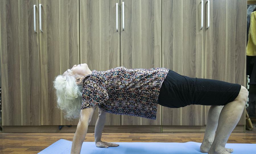 20 năm tập 5 thức yoga Tây Tạng của bà cụ
